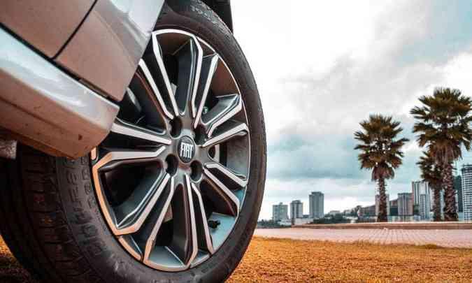 O sedã tem rodas de liga leve de 16 polegadas, calçadas com pneus na medida 195/55 R16(foto: Jorge Lopes/EM/D.A Press)