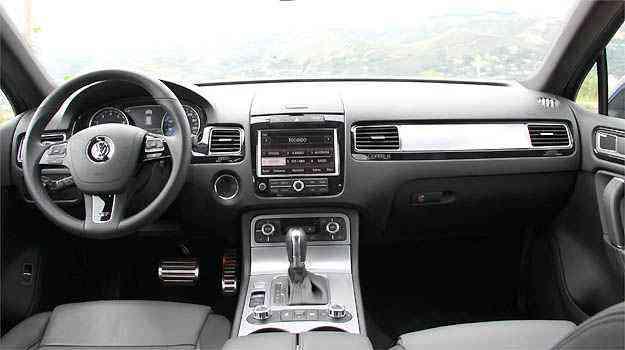 Interior com acabamento primoroso e volante multifunção -