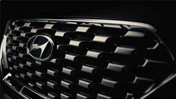 A grade dianteira é diferenciada, mais ampla, e traz gomos na cor prata e moldura cromada(foto: Hyundai/Divulgação)