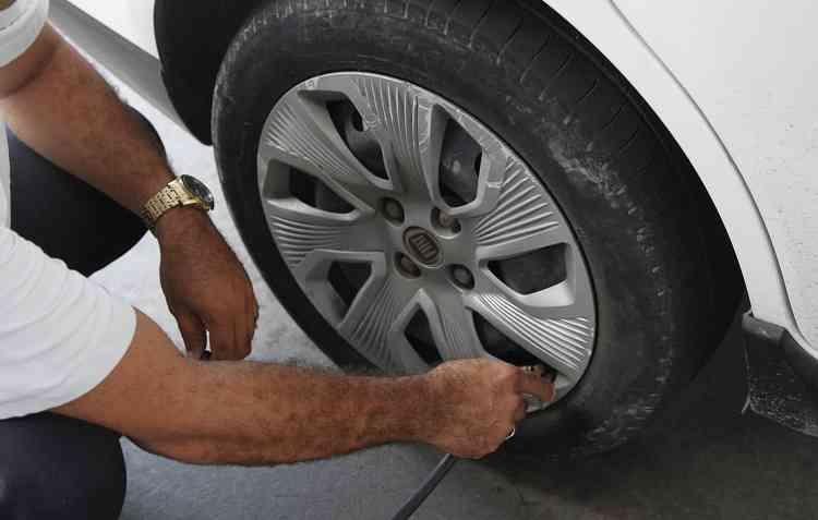Com a pressão incorreta, o veículo vai forçar de forma desigual algumas partes dos pneus e gerar prejuízos maiores. Foto: Ricardo Fernandes / DP -
