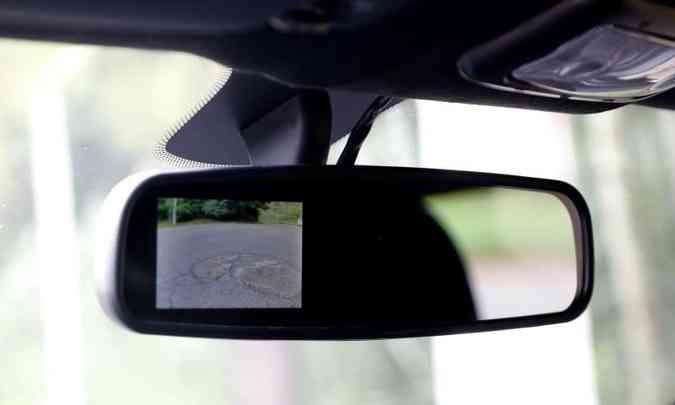 A imagem da câmera de ré pode ser vista em pequena tela no retrovisor interno(foto: Adriano Sant'Ana/EM/D.A Press)
