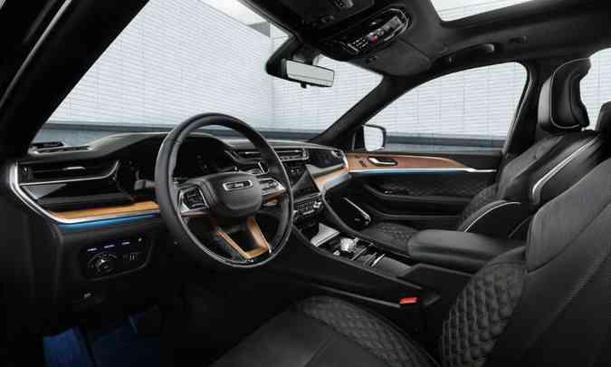 O acabamento ficou ainda mais sofisticado e o sistema multimídia é o Uconnect 5 de última geração(foto: Jeep/Divulgação)