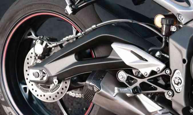 A suspensão traseira tem amortecedor Ohlins ajustável(foto: Fotos: Triumph/Divulgação)