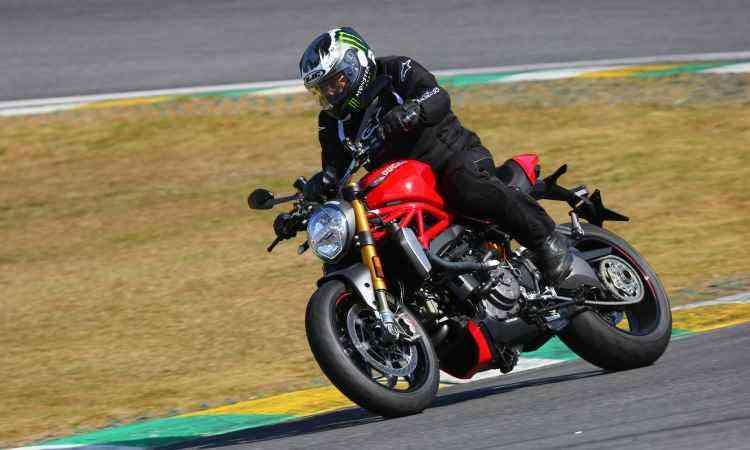 O motor tem dois cilindros em L, com comando desmodrômico - Fotos: Mario Villaescusa/Johanes Duarte/Ducati/Divulgação