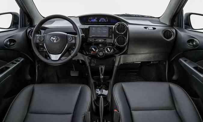O modelo sempre teve um acabamento interno bem simples, com muito plástico duro(foto: Toyota/Divulgação)