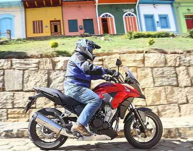 Com suspensão dianteira maior, ela encara um fora de estrada leve(foto: Caio Mattos/Honda/Divulgação)