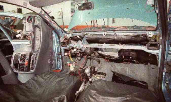 Para instalar o ar-condicionado é preciso desmontar todo o painel do carro(foto: Roberto Rocha/RR %u2013 7/3/01)