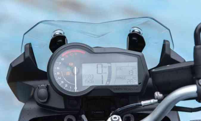 O painel da F 750 é digital com conta-giros analólico(foto: BMW/Divulgação)