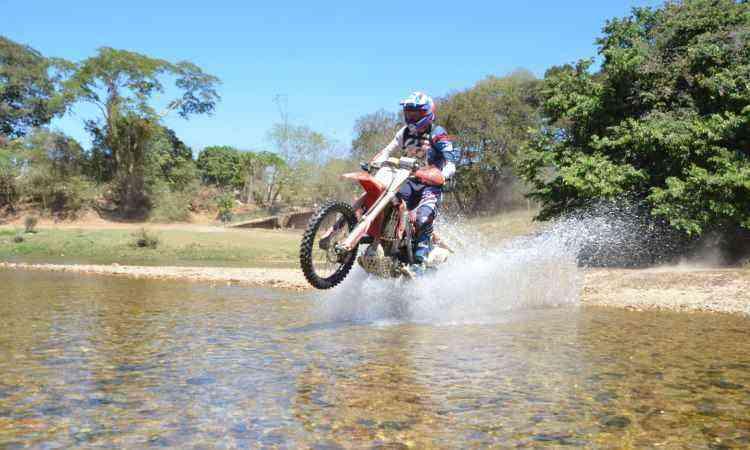 O trajeto da prova inclui travessia de pequenos riachos - Léo Tavares/Divulgação