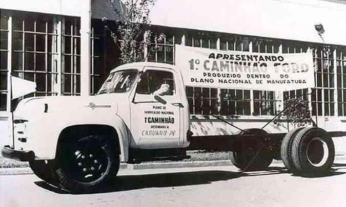 O caminhão F-600 foi o primeiro veículo da Ford fabricado no Brasil, com 40% de nacionalização(foto: Ford/Divulgação)