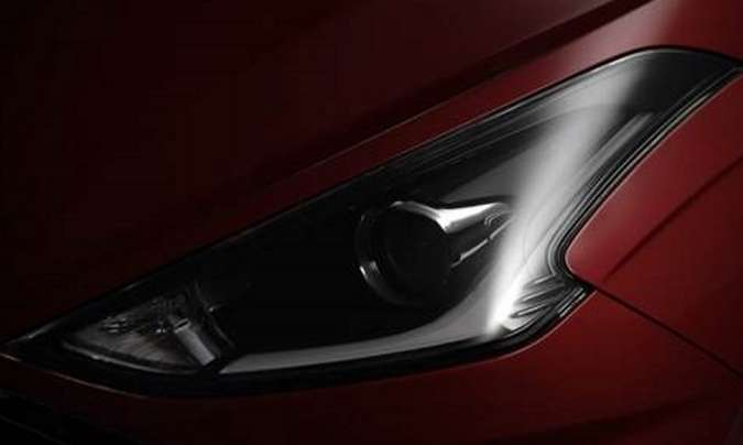 O farol tem novo formato e projetor e light guide em LED, com o fundo escurecido(foto: Hyundai/Divulgação)