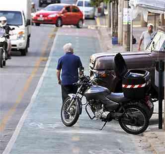 Na Rua Professor Moraes, moto e carro estacionados na ciclovia(foto: Juarez Rodrigues/EM/D.A PRESS)