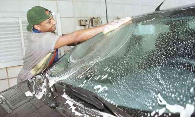 Lavar o carro regularmente ajuda a manter a pintura em boas condições(foto: Maria Teresa Correia/EM/D.A Press)