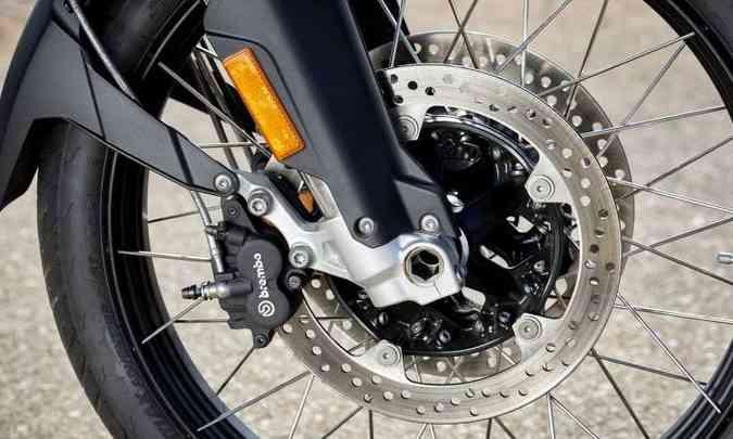 O sistema de freios do modelo F 850 conta com dois discos de 305mm na dianteira(foto: BMW/Divulgação )