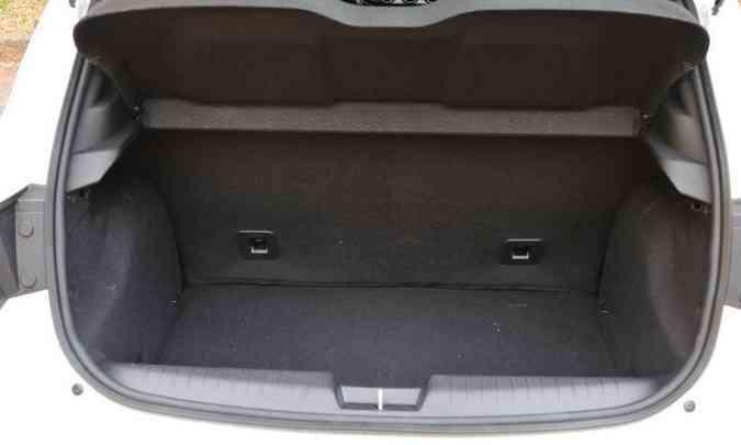 Porta-malas tem bom espaço para um compacto e ainda abriga o estepe(foto: Juarez Rodrigues/EM/D.A Press)