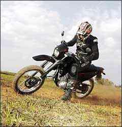 Preto predomina na moto, com detalhes em vermelho - Fotos: Yamaha/Divulgação
