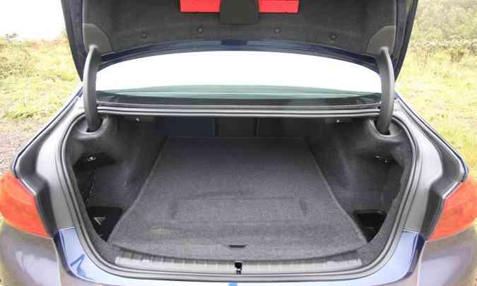 Obrigatoriedade do estepe reduz capacidade do porta-malas de 530l para 390l(foto: Edésio Ferreira/EM/D.A Press)