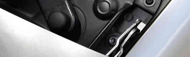 No Logan, dobradiças do capô ficam aparentes, mostrando descuido com o acabamento - Thiago Ventura/EM/D.A PRESS