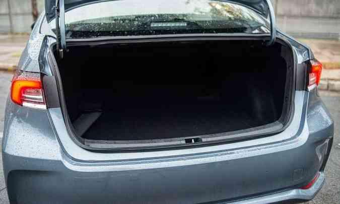 Com 470 litros de capacidade, o porta-malas peca por não ser todo revestido(foto: Jorge Lopes/EM/D.A Press)