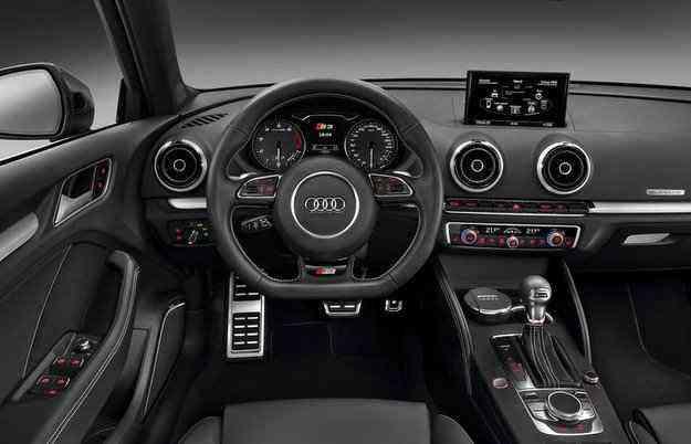 No interior, o S3 possui volante multifuncional e sistema multimídia com GPS - Audi/Divulgação