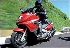 Rodas têm aros de 16 polegadas na dianteira e de 15 na traseira - Fotos: Gilera/Divulgação