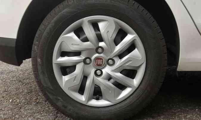 A versão 1.0 Drive vem equipada com rodas de aço estampado de 14 polegadas e calotas(foto: Jair Amaral/EM/D.A Press)