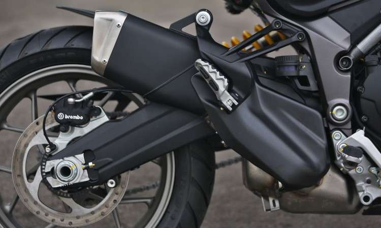 O quadro é em treliça e a balança da suspensão traseira dupla - Johanes Duarte/Ducati/Divulgação