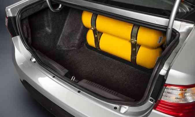 Apesar de ter 520 litros de capacidade, o porta-malas perde muito espaço com os dois cilindros(foto: Fiat/Divulgação)