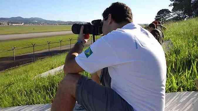O médico Lucas se concentra em uma das fotos(foto: Lucas Coacci/Arquivo Pessoal)