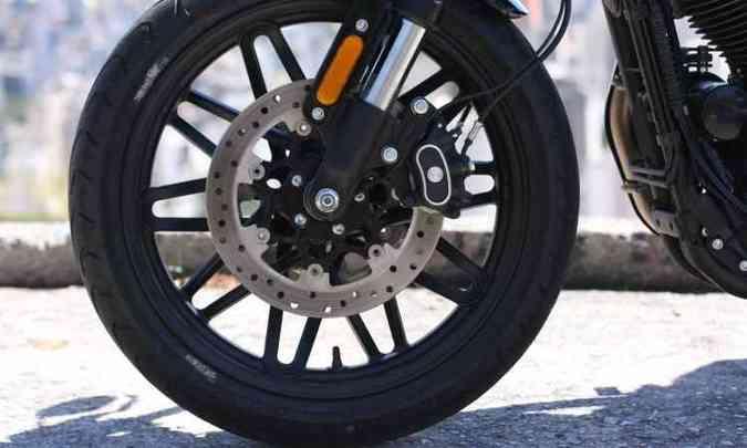Os freios dianteiros contam com duplo disco de 300mm de diâmetro e ABS(foto: Edésio Ferreira/EM/D.A Press)