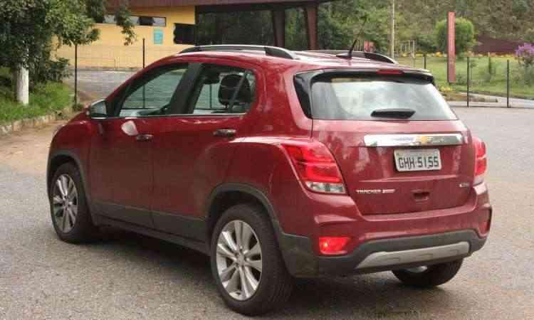 A visibilidade traseira é ruim, tornando essenciais a câmera de ré e os sensores de estacionamento - Edésio Ferreira/EM/D.A Press