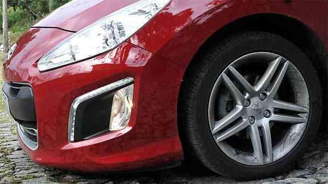 Rodas de 17 polegadas têm desenho bonito sugere esportividade. Frente baixa raspa com facilidade em entrada de garagens