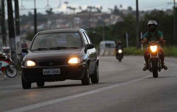 Uso dos faróis baixos nas rodovias federais e estaduais de todo o país é obrigatório, independente do horário - Rafael Martins/DP