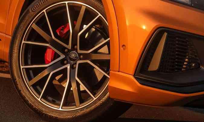 As rodas de liga leve de 21 polegadas com pinças de freio em vermelho são de série na versão Performance Black(foto: Chris Castanho/Audi/Divulgação)