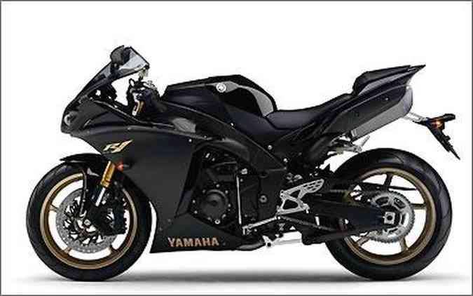A nova R-1 chega apenas na cor preta, com preço de R$ 64.218, sem frete ou seguro