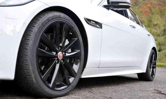 Pneus traseiros são mais largos do que os dianteiros e montados em rodas aro 19 polegadas