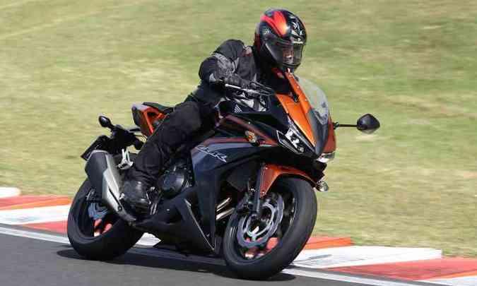 A posição de pilotagem permite acelerar ou rodar sem pressa, com conforto(foto: Caio Mattos/Honda/Divulgação)