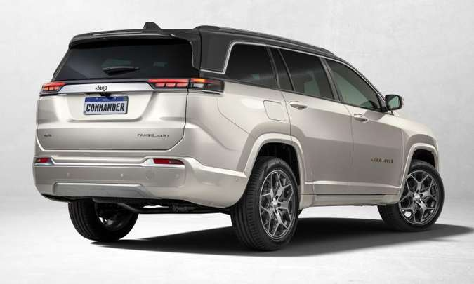 A traseira é bem diferente, com lanternas bem estreitas e o nome da nova versão Overland(foto: Jeep/Divulgação)