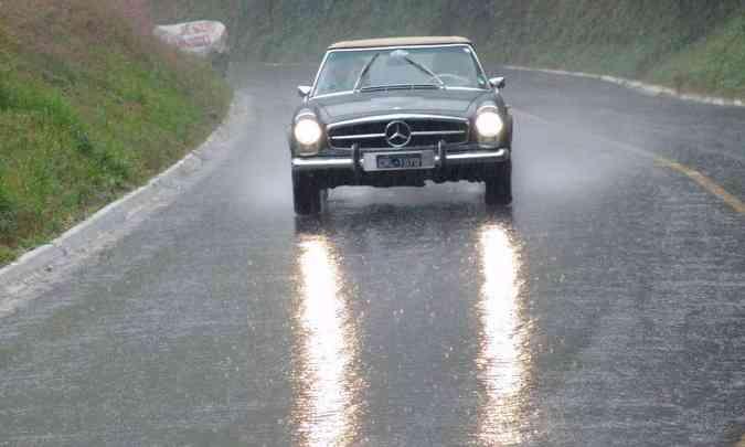 Manter os faróis acesos é ainda mais importante sob chuva, para tornar o carro mais visível(foto: José Eduardo Cabral/Digital Vídeo/Divulgação)