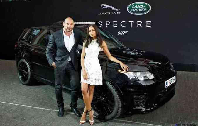 Range Rover Sport SVR sendo exibido pelos atores David Bautista e Naomie Harris (foto: Jaguar / Divulgação)