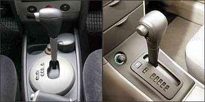 Câmbio da perua Mégane se adapta à maneira de dirigir do motorista. Perua Toyota tem câmbio simples e não dispõe de recursos eletrônicos - Mégane: Marlos Ney Vidal/EM - 5/1/07 / Fielder: Eduardo Rocha/RR - 4/6/04