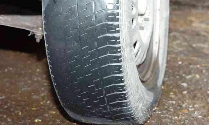 Se o pneu está desgastado, com sulcos menores que 1,6mm, o risco de aquaplanar aumenta significativamente(foto: Jair Amaral/EM/D.A Press)