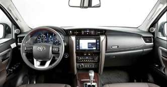 Comandos no volante e tela multimídia de visualização imediata(foto: Estúdio Malagrine/Toyota/divulgação)