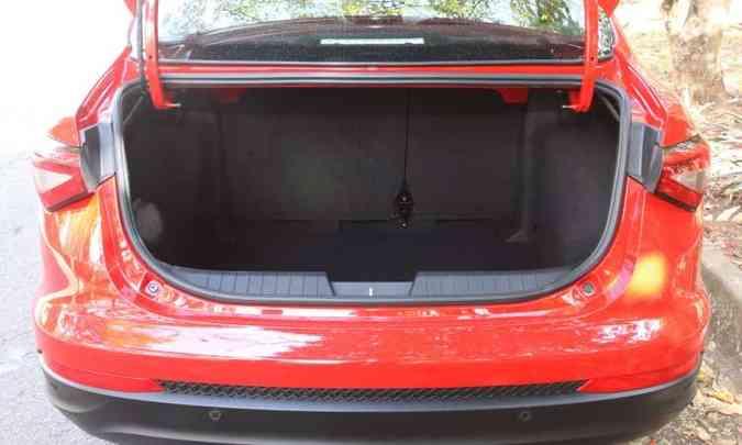 Porta-malas tem boa capacidade para acomodar a bagagem da família, com seus 525 litros(foto: Jair Amaral/EM/D.A Press)