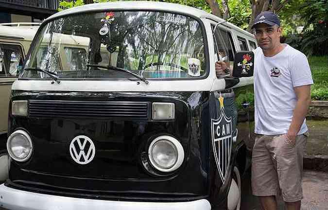 Kombi Standard 1977, a GaloKombi - O advogado Rodrigo Soares comprou o veículo para levar família e amigos para assistir os jos do Atlético(foto: Thiago Ventura/EM/D.A Press)