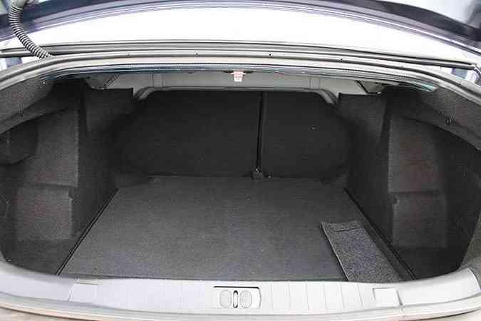 O porta-malas tem capacidade para quase 500 litros(foto: Marlos Ney Vidal/EM/D.A Press)