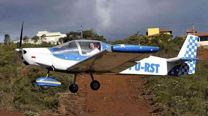 A pequena aeronave começou a ser montada por Ronaldo há seis anos e ainda hoje recebe aperfeiçoamentos, mas já está em plena atividade, voando a 5 mil metros de altura e com autonomia de sete horas(foto: Juarez Rodrigues/EM/D.A PRESS)