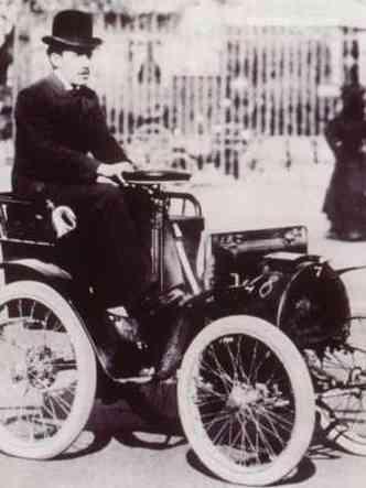 A Renault expõe no evento o Voiturette, réplica do primeiro modelo da marca faricado no mundo, em 1898(foto: Renault/AFP)