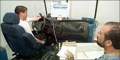 Teste no Detran determina o tipo de adaptação necessária para cada condutor - Beto Magalhães/EM - 5/11/04