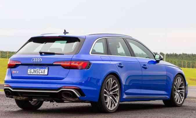 Na traseira das RS 4 Avant, destaque para o defletor de ar e as largas saídas do escapamento(foto: Audi/Divulgação)